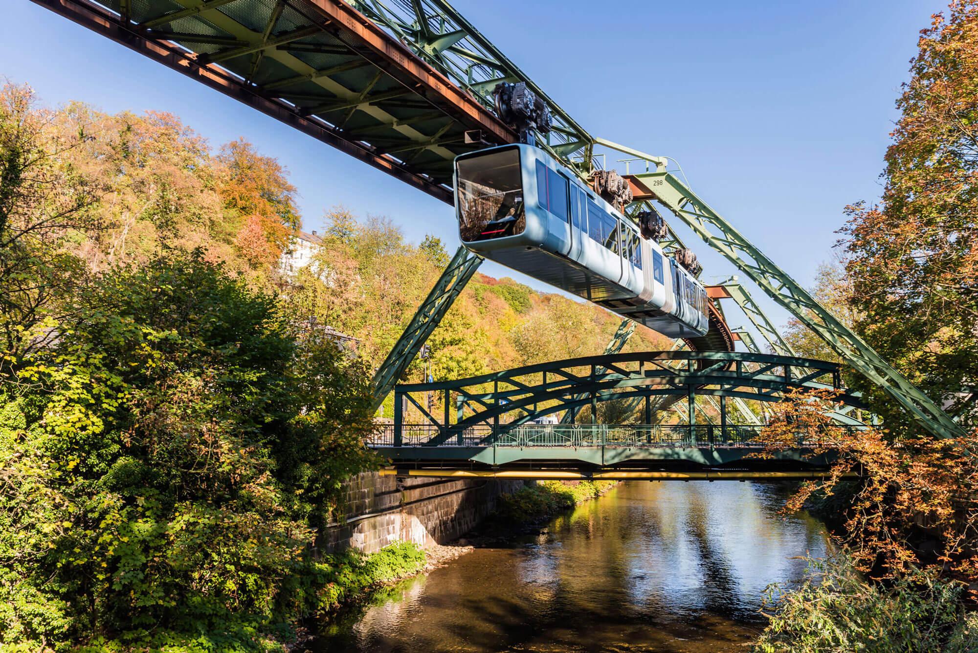 Wuppertaler Schwebebahn im Herbst; Nordrhein-Westfalen; Deutschland